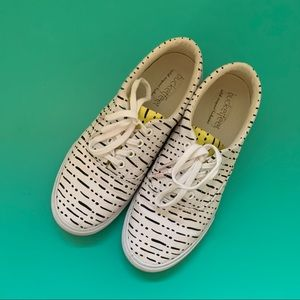 Bucket feet low profile lace-up sneakers
